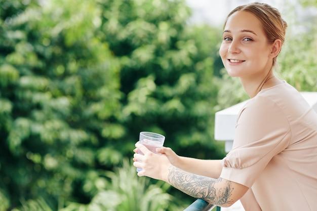 一杯のコーヒーを持つ若い女