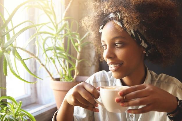 バンダナを身に着けている巻き毛の若い女性