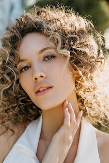 巻き毛の若い女性