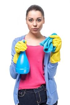 分離された洗剤を持つ若い女
