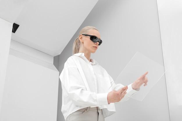 Giovane donna con occhiali digitali