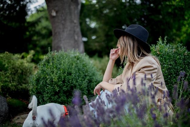 庭に座っている犬と若い女性