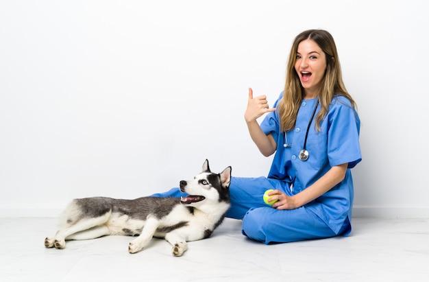 犬を持つ若い女
