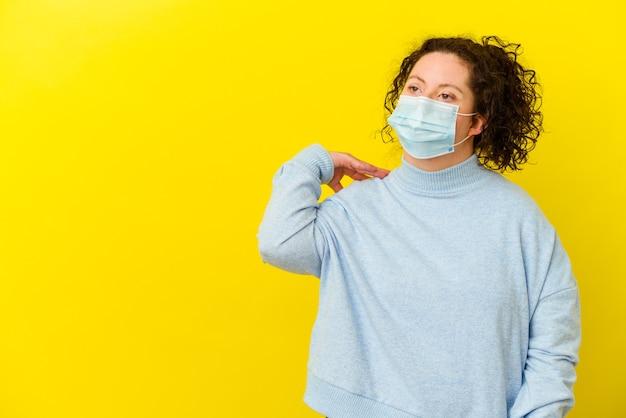 바이러스 백신 마스크를 쓰고 다운 증후군을 가진 젊은 여자
