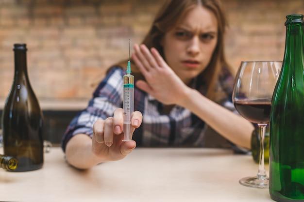 Молодая женщина с наркоманией и алкоголизмом.