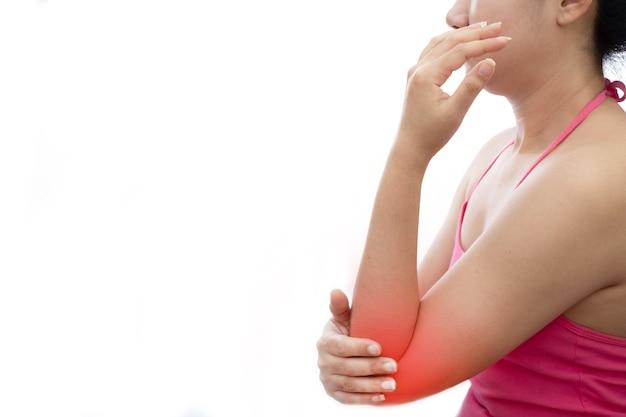 팔꿈치 통증이 있는 젊은 여성은 흰색 배경에서 발생합니다.