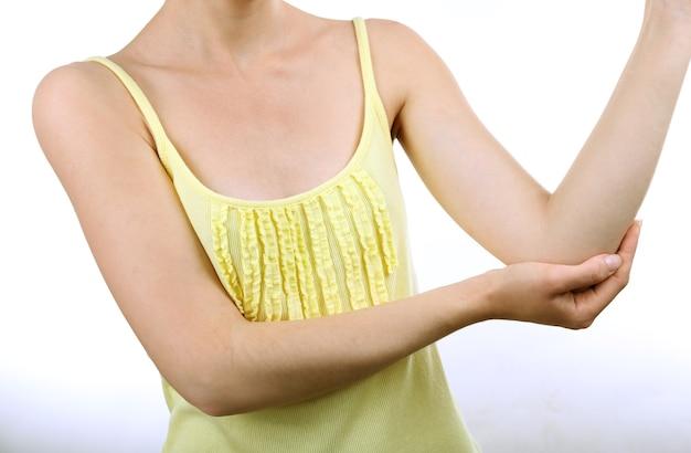 白地に肘の痛みを持つ若い女性