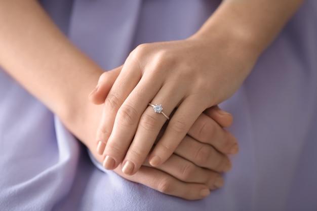 彼女の指に婚約指輪、クローズアップを持つ若い女性