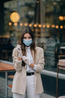 거리에서 얼굴 마스크와 젊은 여자