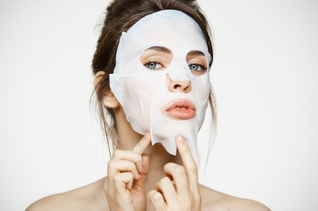 Молодая женщина с лицевой маской. салон красоты и косметологии.