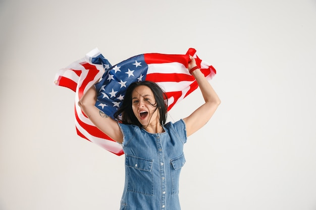Giovane donna con la bandiera degli stati uniti d'america