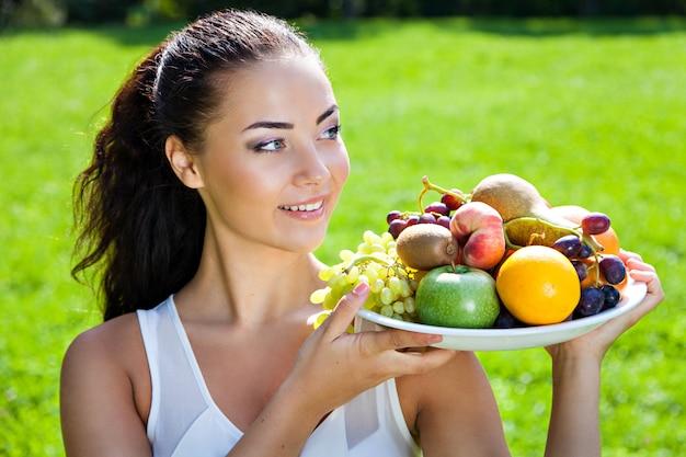 과일, 건강 식품 개념, 피부 관리 및 미용, 비타민 및 미네랄을 가진 젊은 여자