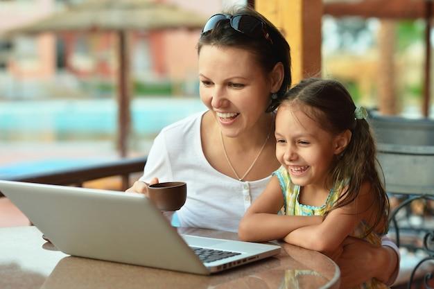 노트북 컴퓨터를 사용하는 여자와 젊은 여자