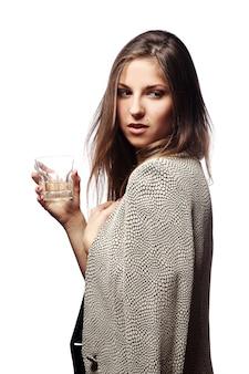 手にガラスを持つ若い女性