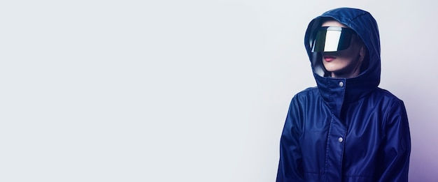 Молодая женщина в очках будущего бп добавила синюю куртку на светлом градиентном фоне. баннер.