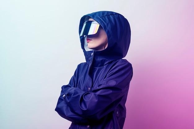 Молодая женщина в очках будущего бп добавила синюю куртку на светлом градиентном фоне.
