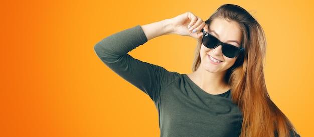 안경을 쓴 젊은 여성