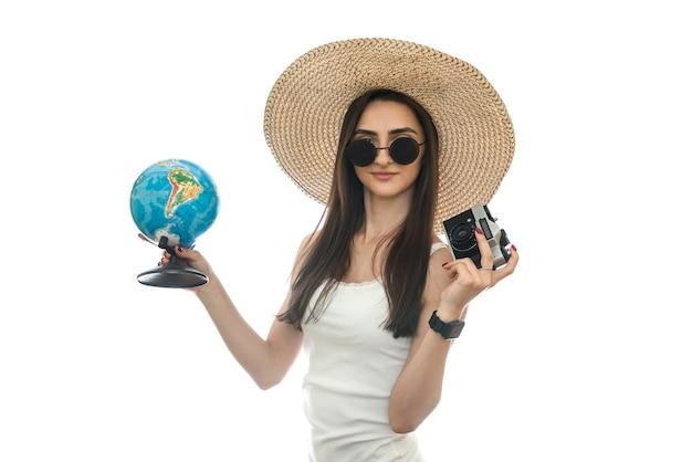 모자 흰색 절연에 세계와 젊은 여자