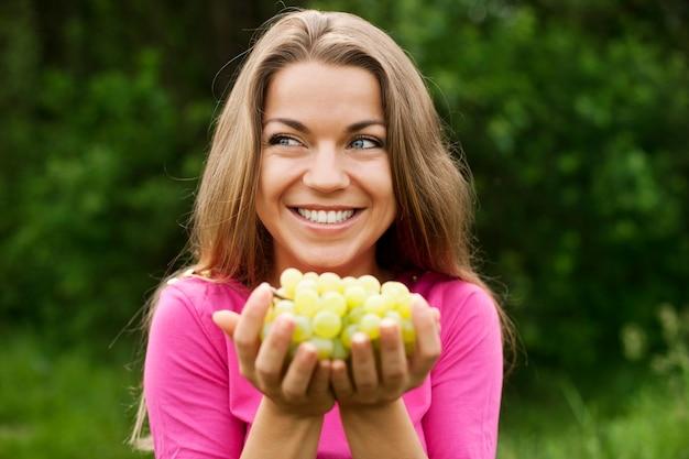 ブドウを持つ若い女性