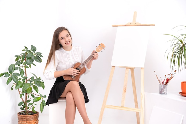 복사 공간 흰색 배경에 기타와 함께 젊은 여성