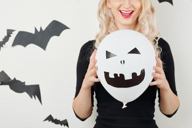 Молодая женщина с украшением хэллоуина