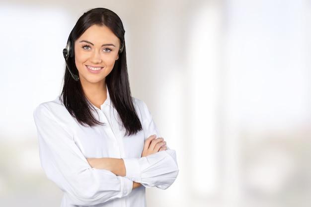 Молодая женщина с наушниками, call-центром или концепцией поддержки