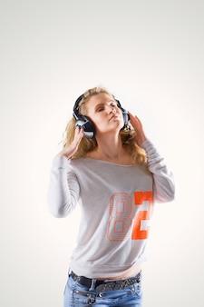 헤드폰을 음악을 듣고 젊은 여자