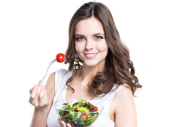 건강 한 샐러드와 젊은 여자. 흰색에 격리.