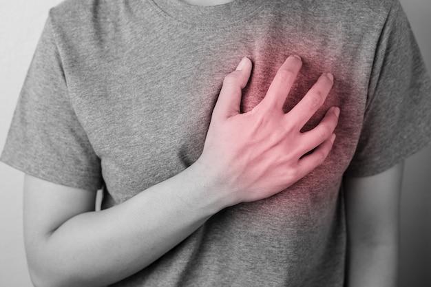 Молодая женщина с болью в сердце