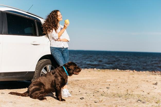 해변에서 그녀의 강아지와 함께 젊은 여성