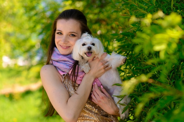 彼女の犬と若い女性。友情と動物についての概念。