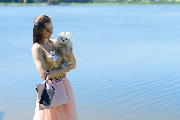 彼女の犬と若い女性