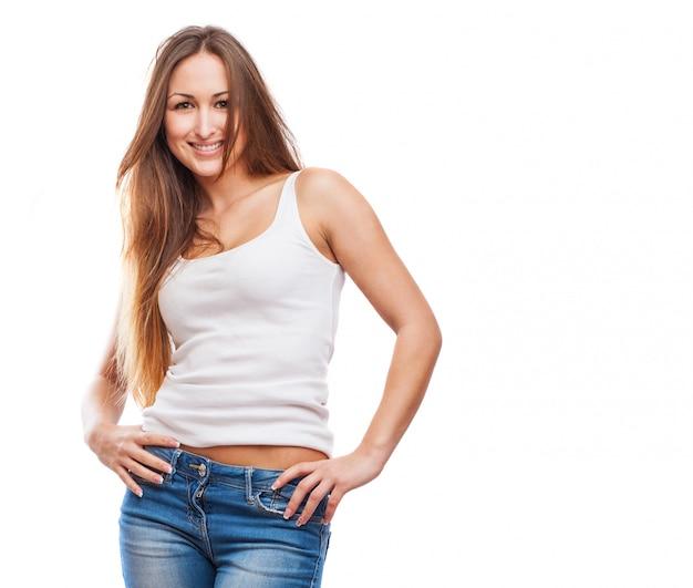 Молодая женщина с руки на бедрах