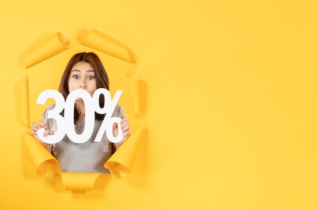 찢어진 노란 종이 배경 돈 판매 쇼핑에 비문 기호가 있는 젊은 여자