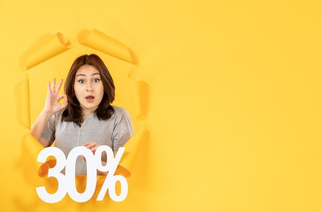 노란색 종이 배경 쇼핑 판매 돈에 비문 기호로 젊은 여자