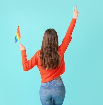 青の lgbt フラグを持つ若い女性