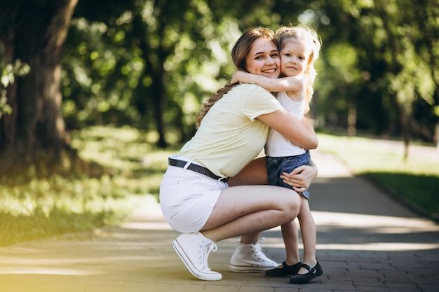 공원에서 산책하는 작은 딸과 함께 젊은 여성