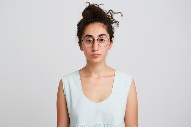 長く暗い巻き毛の若い女性