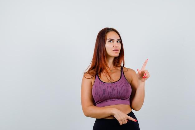 スポーツウェアを身に着けている長い髪の若い女性