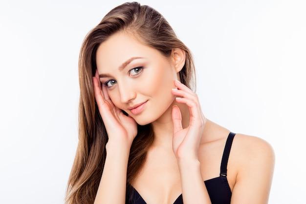 Молодая женщина с длинными волосами