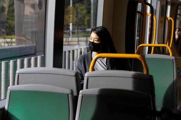 버스에서 마스크와 젊은 여자