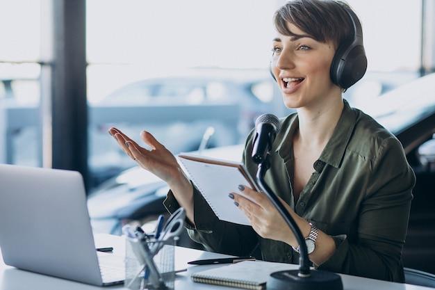 Giovane donna con microfono registrazione recitazione vocale