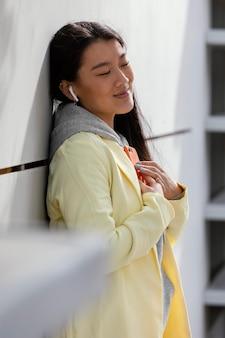Giovane donna con mobile all'aperto