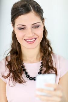 Молодая женщина с мобильным телефоном