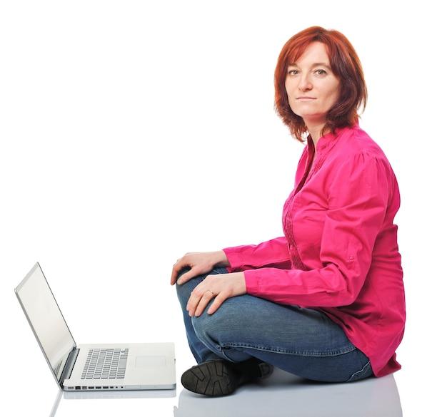 Молодая женщина с современным ноутбуком, изолированные на белом фоне