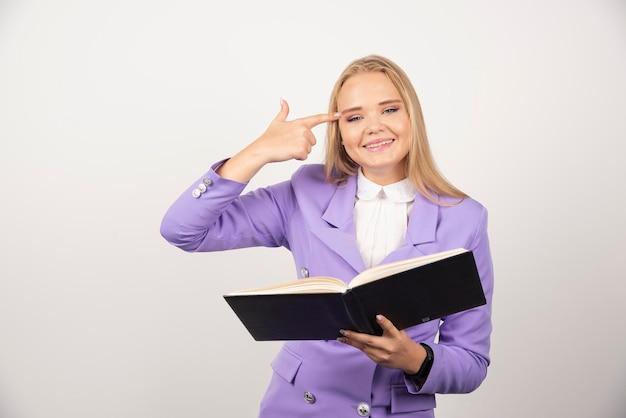 Giovane donna con tablet aperto su sfondo bianco. foto di alta qualità