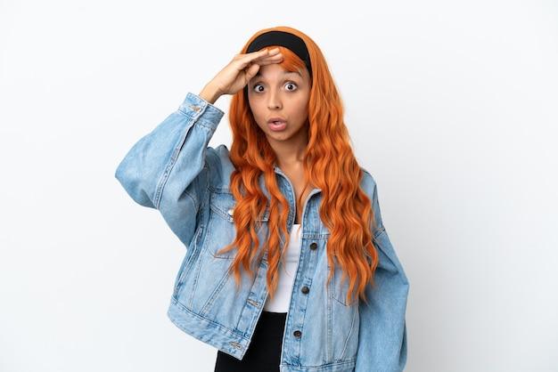 Молодая женщина с оранжевыми волосами на белом фоне что-то поняла и намеревается решить