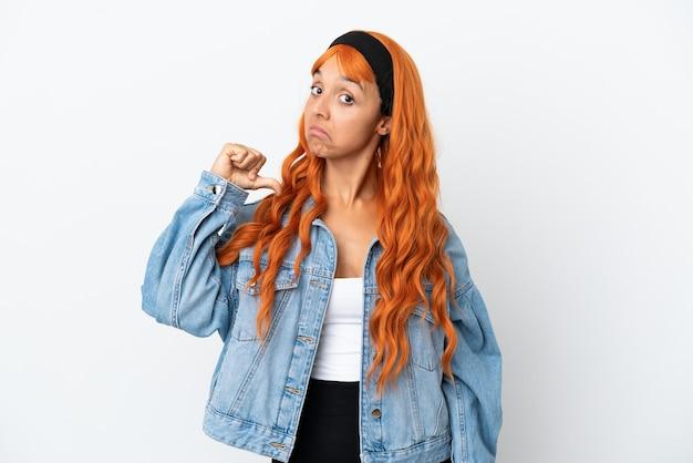 誇りと自己満足の白い背景に分離されたオレンジ色の髪の若い女性