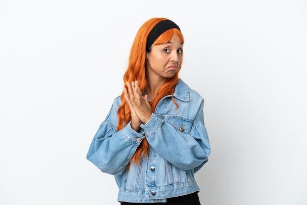 何かを計画している白い背景に分離されたオレンジ色の髪の若い女性