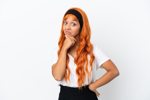 Молодая женщина с оранжевыми волосами, изолированные на белом фоне мышления